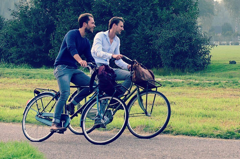 楽しそうに自転車にのる二人