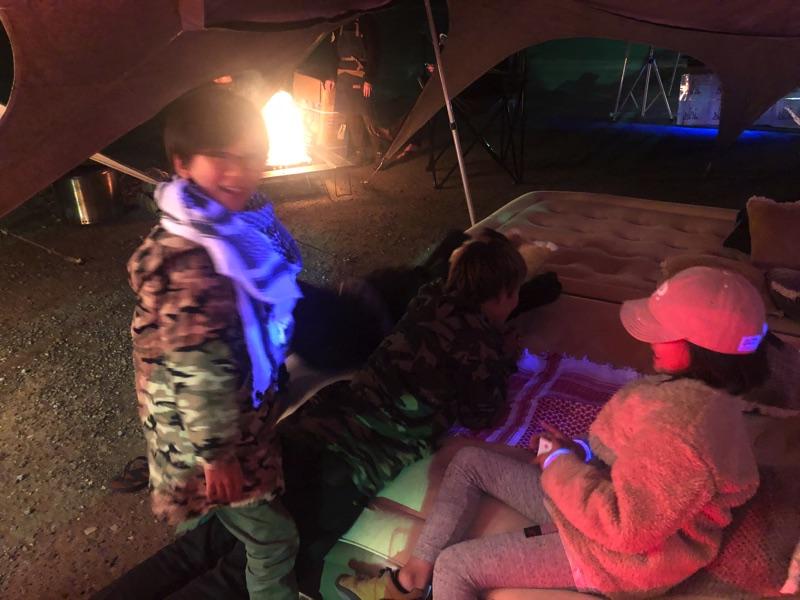 onwaグランピングテントで子供たち